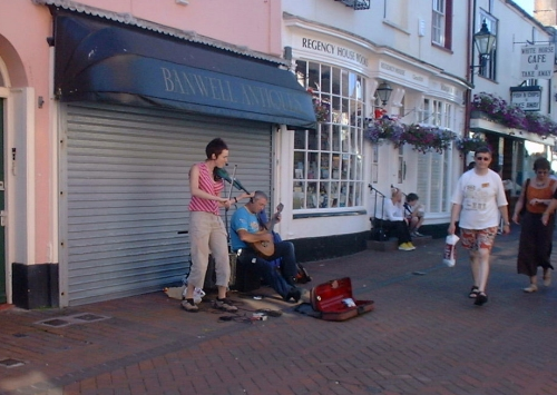buskers.jpg (132549 bytes)